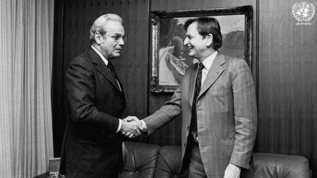 Secretary-General Javier Perez de Cuellar Recieves Olof Palme Prize